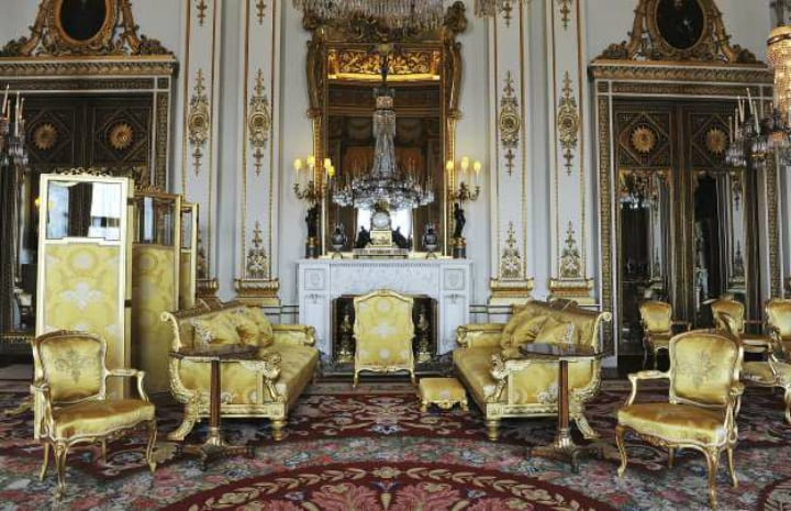 buckingham palace drawing room queen elizabeth british royal family